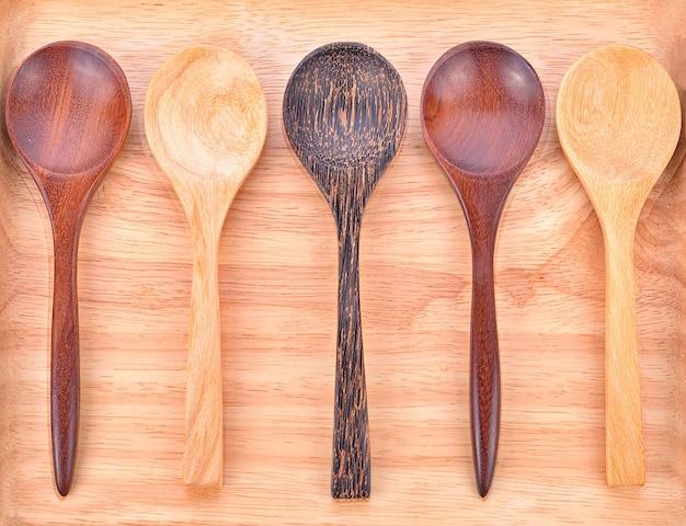 Drewniana łyżka w stylu 5 w drewnianym talerzu.
