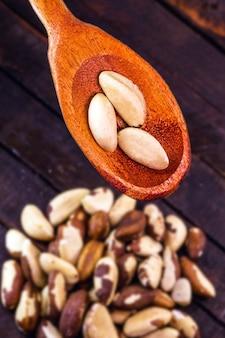 Drewniana łyżka z wieloma orzechami brazylijskimi, amerykańska amazońska używana w kuchni świata