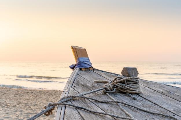 Drewniana mała łódka zaparkowana na plaży