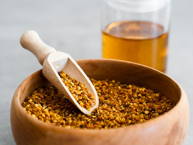 Drewniana miarka w pyłku pszczoły