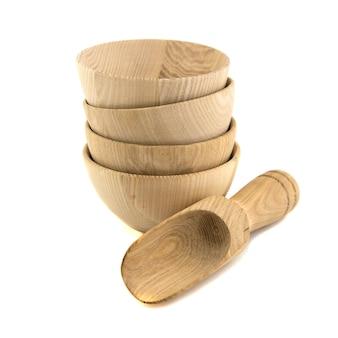 Drewniana miska na białym tle