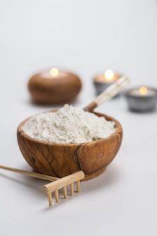 Drewniana miska pełna białej gliny