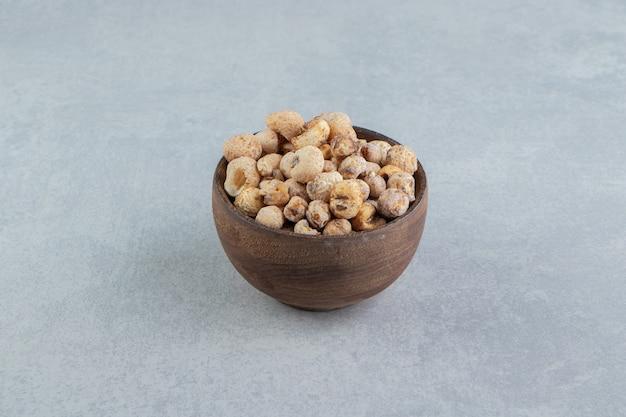 Drewniana miska pełna pysznych suszonych owoców.