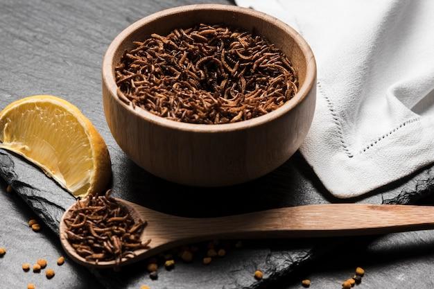 Drewniana miska wypełniona pysznymi robakami