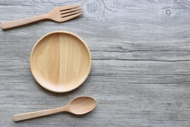 Drewniana miska z łyżką i widelcem