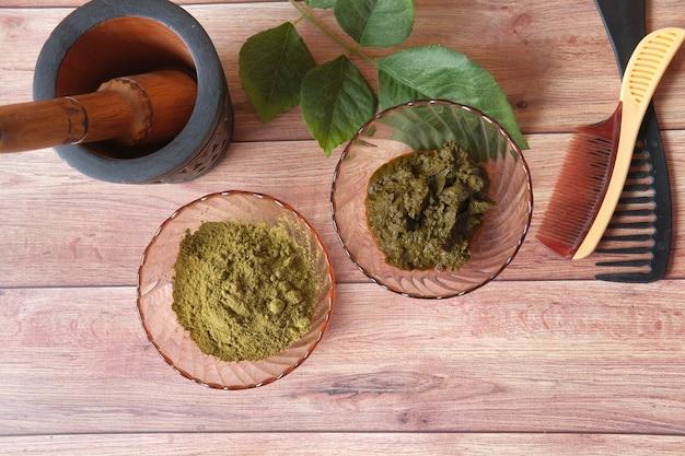 Drewniana miska z odwodnioną henną na stole