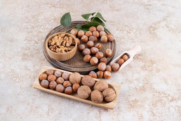 Drewniana miska z orzechami makadamia i orzechami włoskimi.