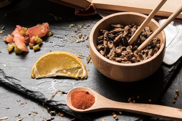 Drewniana miska z owadami na pokładzie łupków