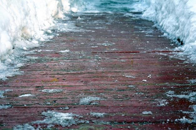 Drewniana nawierzchnia oczyszczona ze śniegu