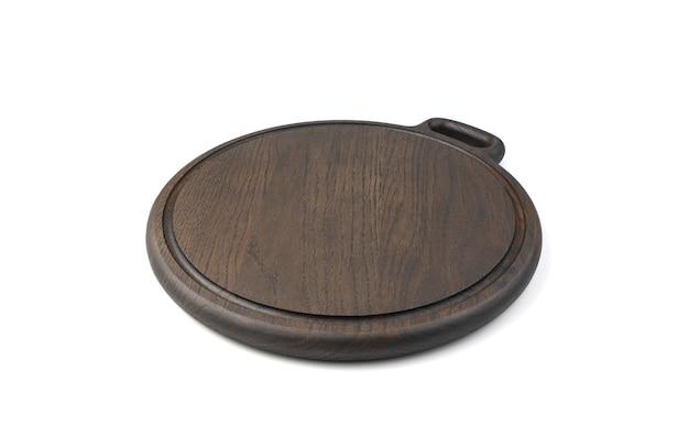 Drewniana okrągła deska do krojenia wykonana z materiału dębowego, pomalowana na kolor ciemnobrązowy, na białym tle. pojęcie gotowania.