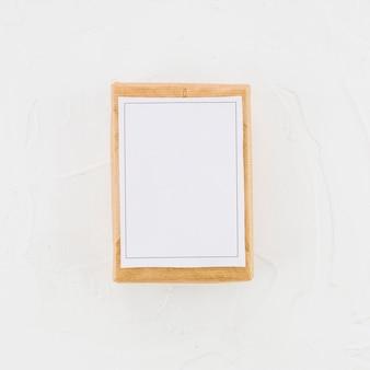Drewniana pastylka z białym papierem