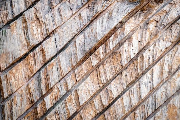 Drewniana pęknięta tekstura z ukośnymi liniami