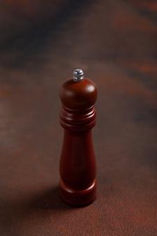 Drewniana pieprzniczka na ciemnym stole