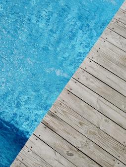 Drewniana platforma na basenie. widok z góry.