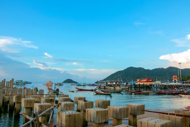 Drewniana plaża portowa na morzu?