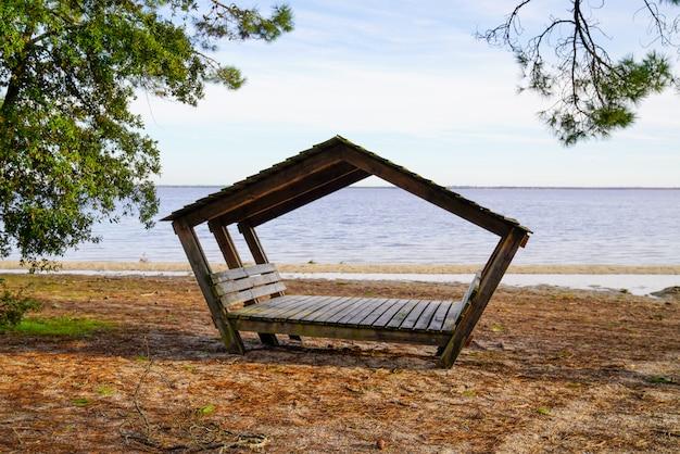 Drewniana plażowa buda w piaska jeziora plaży carcans bombannes francja