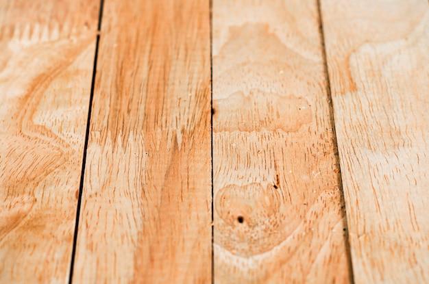 Drewniana podłoga i brudna powierzchnia ściany z drewna