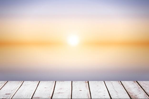 Drewniana podłoga w słoneczny dzień