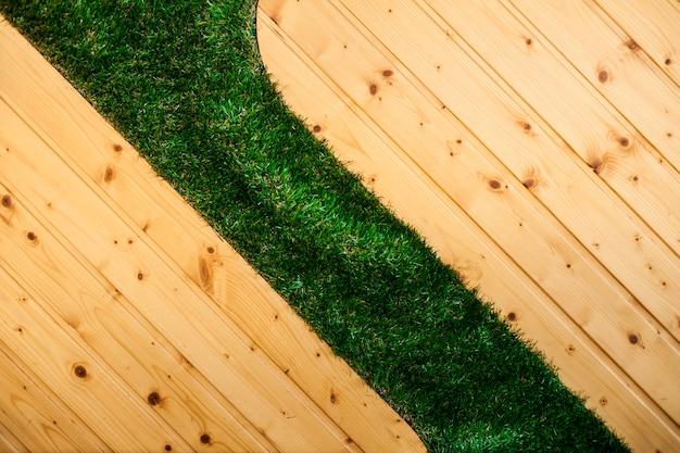 Drewniana podłoga z trawą