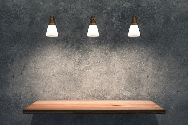 Drewniana półka na betonowej ścianie z oświetleniem