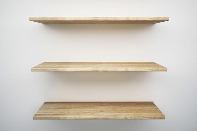 Drewniana półka na biel ścianie