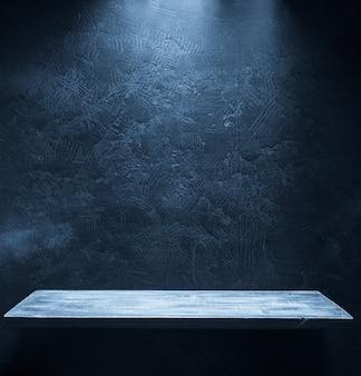 Drewniana półka na czarnej ścianie tekstury tła