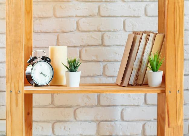 Drewniana półka na regały z elementami wystroju domu