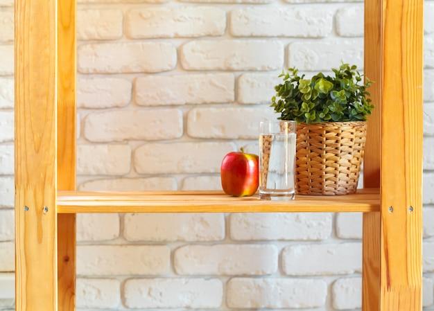 Drewniana półka z elementami wystroju domu