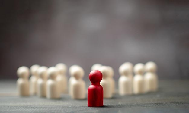 Drewniana postać stojąca przed drużyną, aby pokazać wpływy i upodmiotowienie.