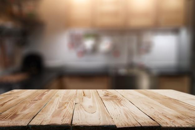 Drewniana powierzchnia na rozmytym tle kuchni w mieszkaniu