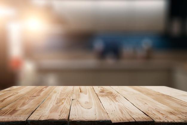 Drewniana powierzchnia na rozmytym tle pokoju w mieszkaniu