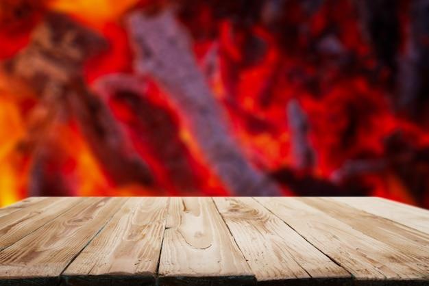 Drewniana powierzchnia na tle płomieni