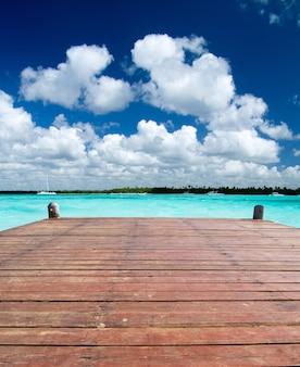 Drewniana powierzchnia w brzegu morza na tropikalnej plaży