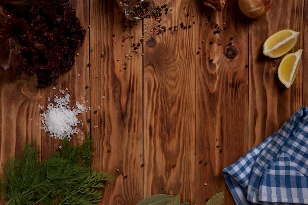 Drewniana powierzchnia z przyprawami i warzywami dla projektanta