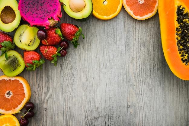 Drewniana powierzchnia z pysznymi letnimi owocami