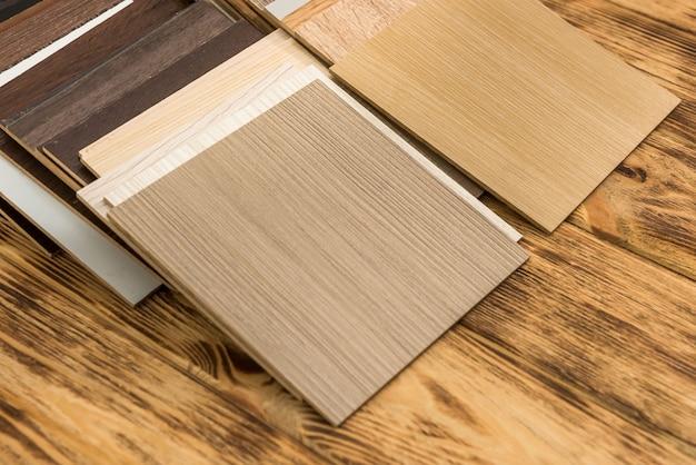 Drewniana próbka koloru wybierająca materiał drzewny do projektu mieszkaniowego. architektura i budownictwo