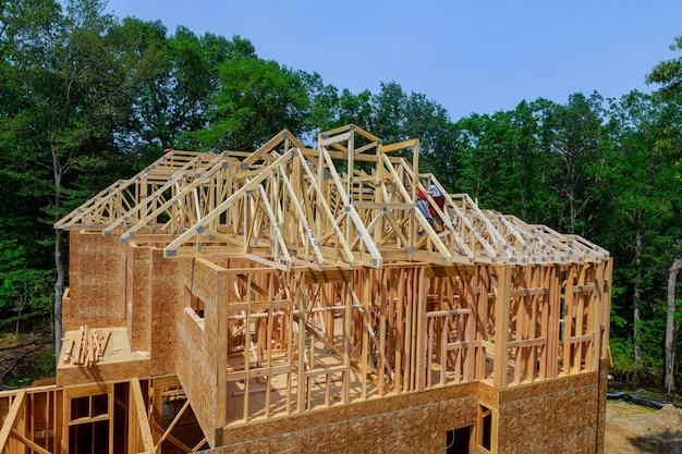 Drewniana rama dachu na patyku zbudowana w domu w ramach konstrukcji belki strychowej przeciwko