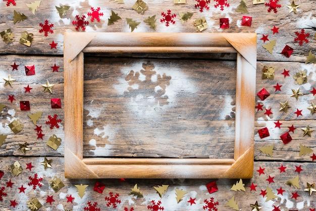 Drewniana rama i ozdoby świąteczne