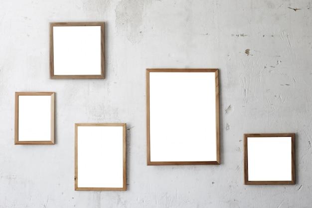 Drewniana rama na starej biel ścianie