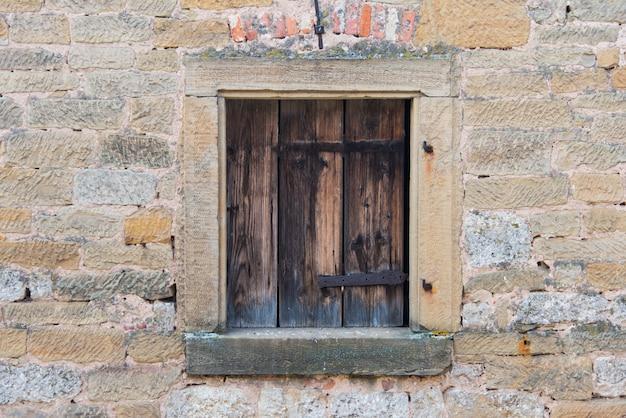 Drewniana rama okienna z klasyczną starą ścianą w europie