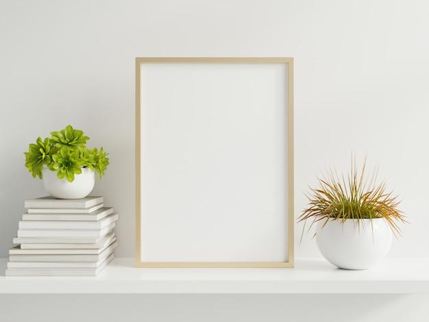 Drewniana rama oparta na białej półce w jasnym wnętrzu z roślinami na stole