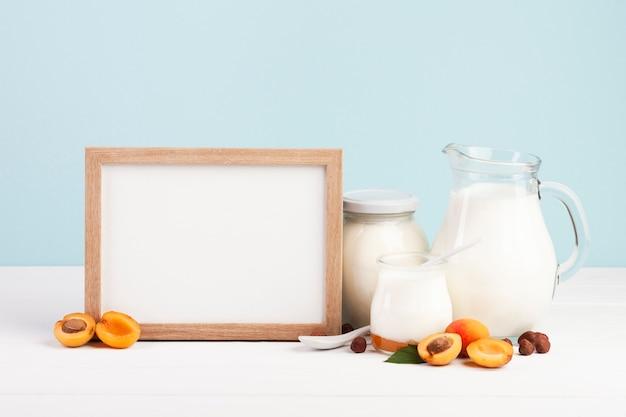 Drewniana ramka na kosmos i produkty mleczne