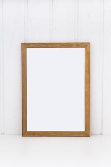 Drewniana ramka na obrazy lub fotografie.