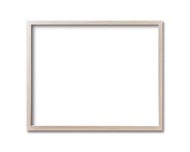 Drewniana ramka na zdjęcia wisząca na białej ścianie. pusty szablon makiety