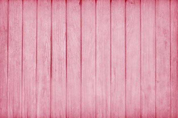 Drewniana ściana pomalowana na różowo