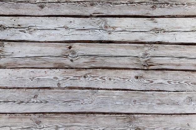 Drewniana ściana starego domu, który zaczął się walić