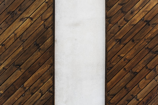 Drewniana ściana tekstur z pionową betonową wstawką. drewno i beton nowoczesny design ściany.