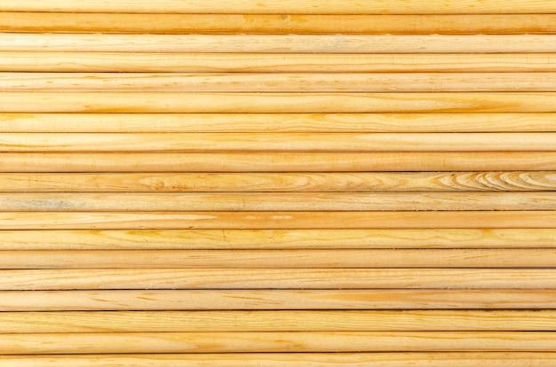 Drewniana ściana z bali widoczna tekstura i kolor drewna