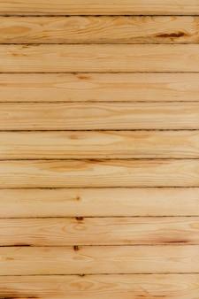 Drewniana ściana z cienkich, jasnych, niemalowanych desek