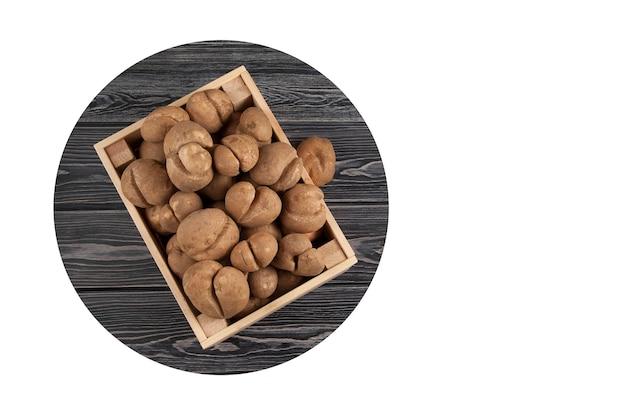 Drewniana skrzynia pełna świeżych surowych ziemniaków o nietypowym kształcie. koncepcja polega na ograniczeniu marnotrawstwa żywności.